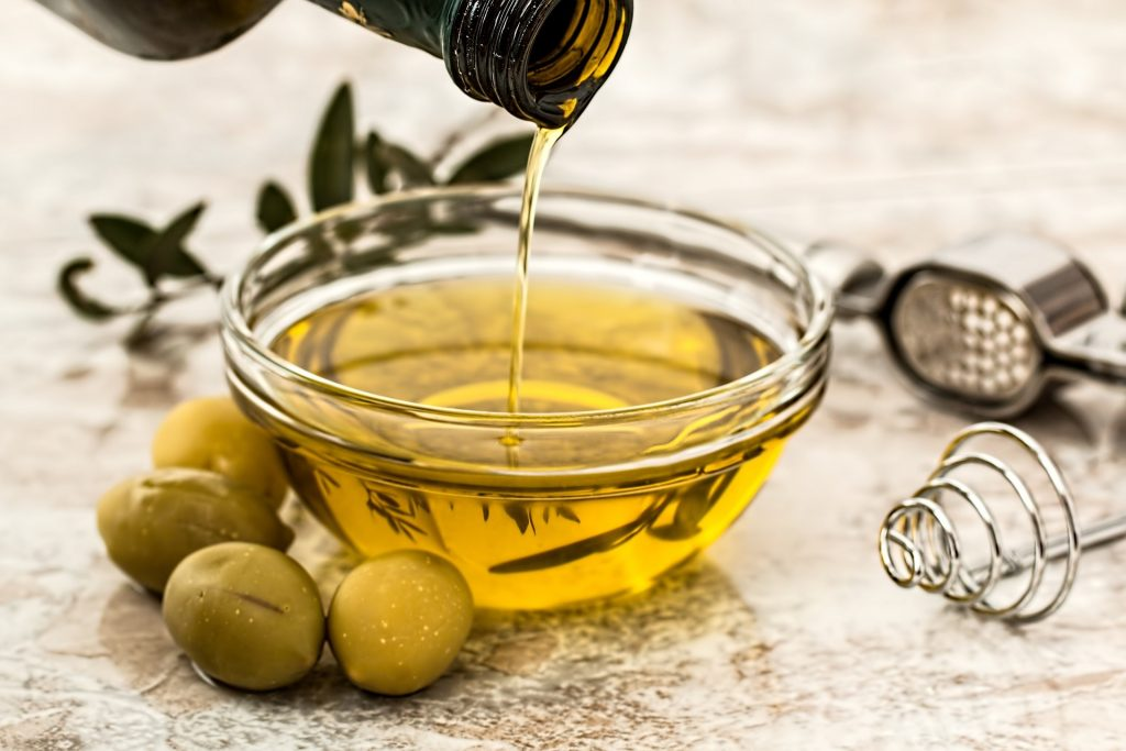 Aceite de oliva 1024x683 - Los beneficios de consumir aceite de oliva en nuestros restaurantes