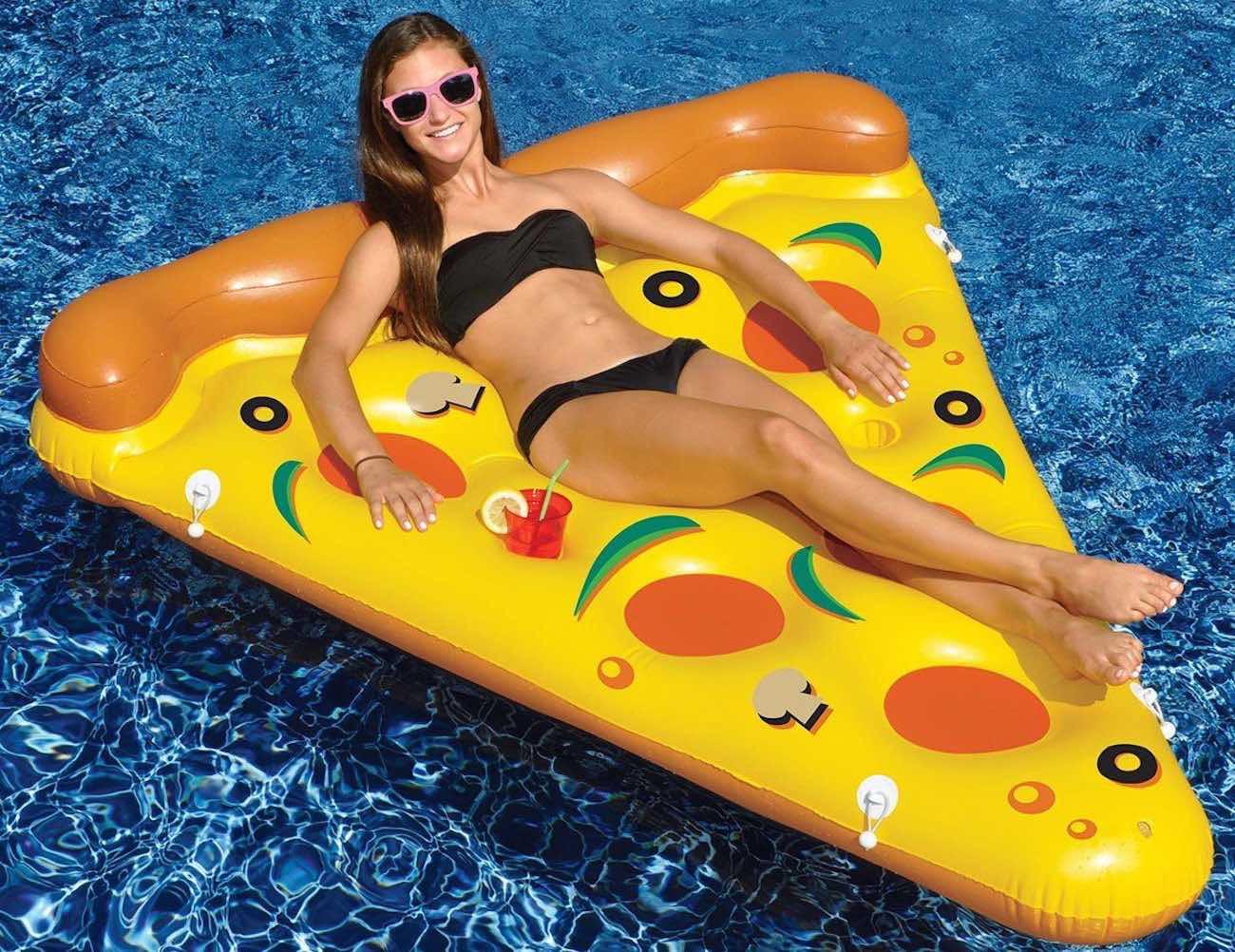 Pizza Slice Pool Float 01 - Los inventos más sorprendentes inspirados en la pizza