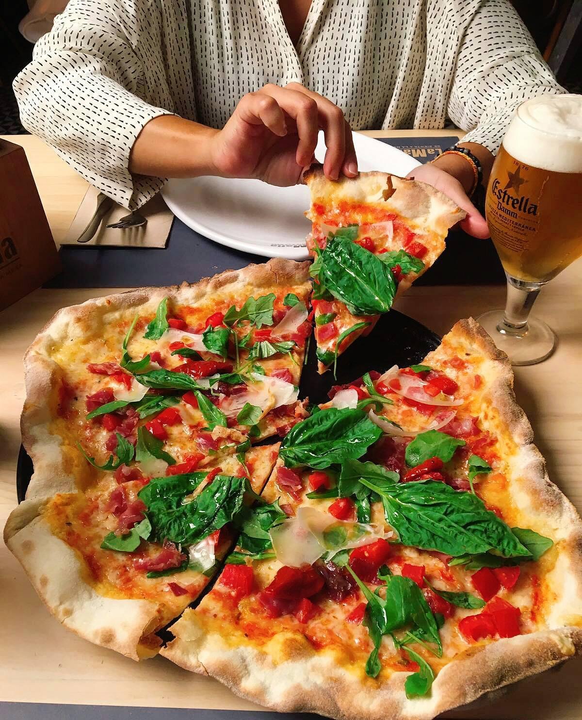 Pizza di Burrata de La Mafia se sienta a la mesa - Albahaca, mozzarella y tomate: los colores de la bandera italiana, en nuestra carta
