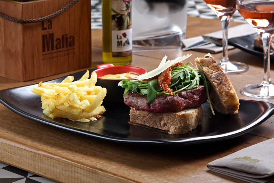 Ternera trufada en hamburguesa La Mafia se sienta a al mesa - Nuestro menú de grupo, un viaje inolvidable