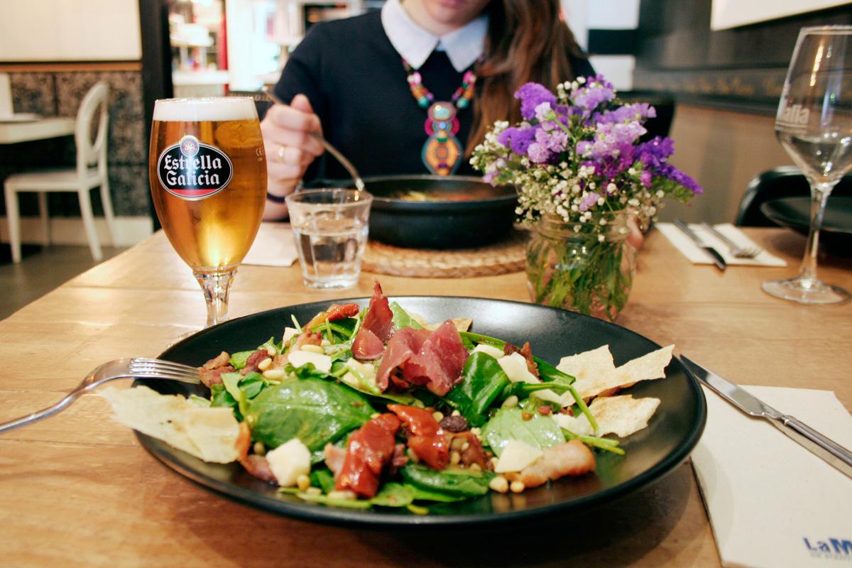La ensalada Casaletta de La Mafia se sienta a la mesa 1 - 3 platos de nuestra carta para un bronceado perfecto
