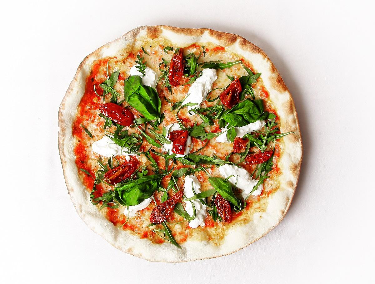 Pizza Burrata de La Mafia se sienta a la mesa - Burrata, un delicioso queso italiano que recuerda a la mantequilla