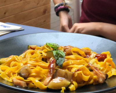 salsas para comer con plato pappardelle 2 400x320 - Tres salsas perfectas para acompañar tu plato de pappardelle