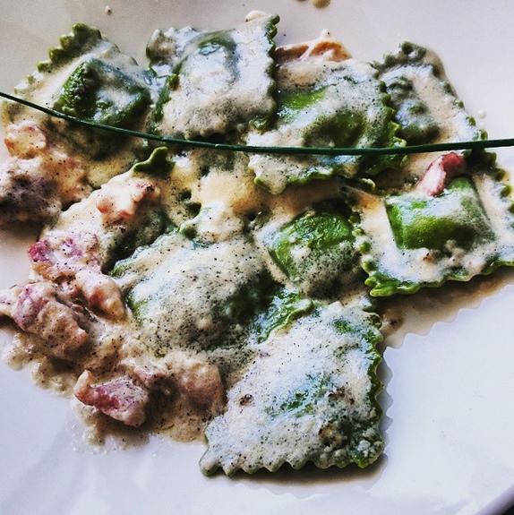 plato de pasta con salsa carbonara - ¿De donde proviene la salsa carbonara?