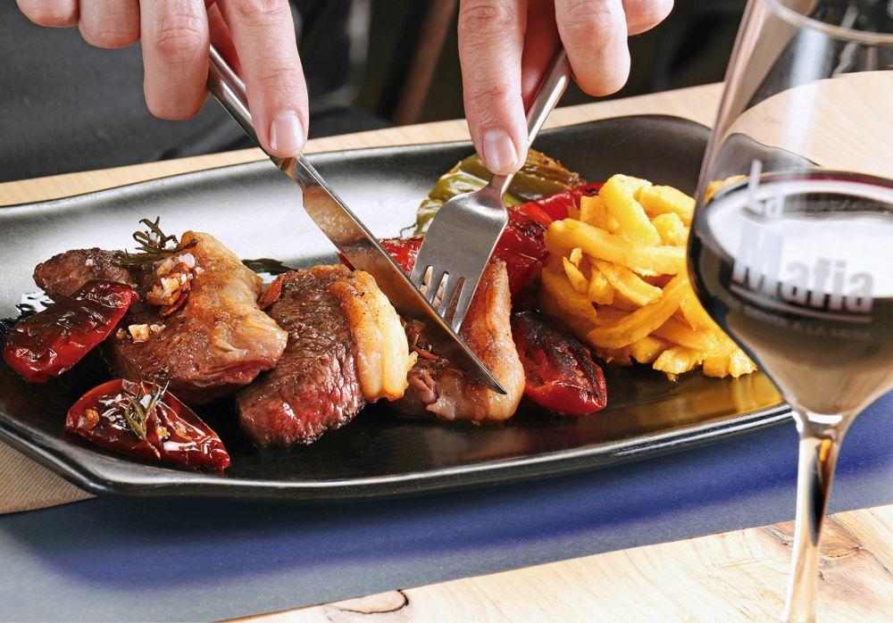 salir a cenar  delicioso plato de carne - Dos platos de carne para una cena de 10