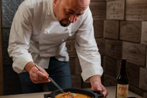'La Mafia se sienta la mesa' se alía con el chef Iñaki Bretal para lanzar un plato de autor por sus 20 años