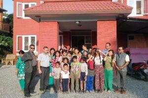 Grupo La Mafia escolariza a más de 500 niños de Nepal