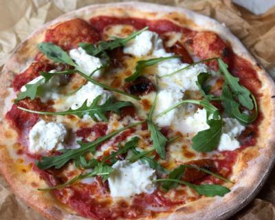 pizza con burrata 400x320 - Queso burrata: Origen y 4 deliciosas recetas